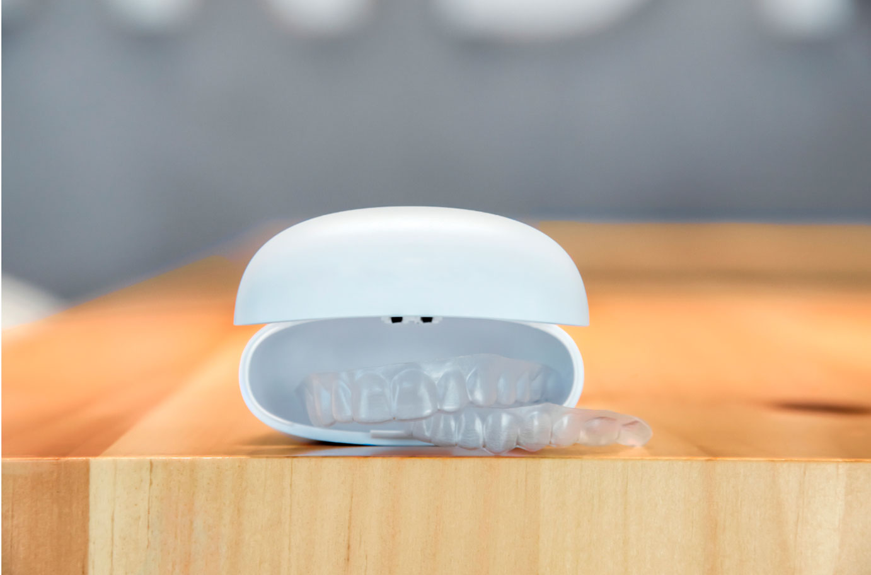 alineadores transparentes ortodoncia invisible para corregir dientes sin brackets